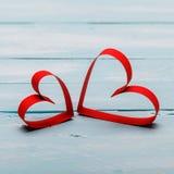 Fond de jour de valentines avec deux coeurs sur le fond en bois Image stock