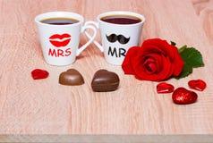 Fond de jour de valentines avec deux tasses de café et fleur rose Image stock