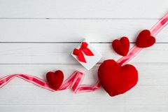 Fond de jour de valentines avec la forme et le boîte-cadeau de coeur photos stock