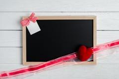 Fond de jour de valentines avec la forme de tableau et de coeur image stock