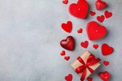 Fond de jour de valentines avec le boîte-cadeau et les coeurs rouges image stock