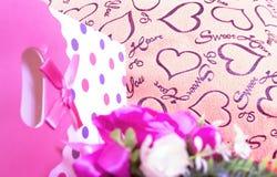 Fond de jour de valentines avec le coeur et les roses Type de cru Photos libres de droits