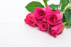 Fond de jour de valentines avec les roses roses sur la table en bois Images stock