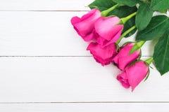 Fond de jour de valentines avec les roses roses sur la table en bois Photos libres de droits