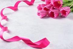 Fond de jour de valentines avec les tulipes et le ruban roses images libres de droits