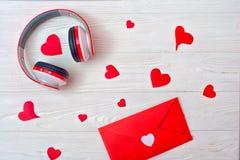 Fond de jour de valentines avec une enveloppe rouge et des écouteurs Musique romantique au sujet de l'amour photos libres de droits