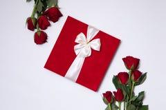 Fond de jour de valentines, fond blanc sans couture romantique, bouquet rose rouge, ruban, étiquette de cadeau, cadeau image libre de droits