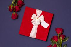 Fond de jour de valentines, fond bleu sans couture romantique, bouquet rose rouge, ruban, étiquette de cadeau, cadeau image stock