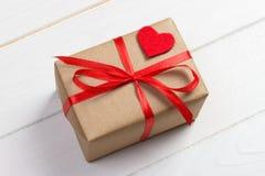 Fond de jour de valentines Coeur, ruban, et boîte-cadeau rouges sur le fond en bois Photographie stock libre de droits