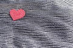Fond de jour de valentines, coeur de valentine sur contraster le tissu en soie noir et blanc photographie stock libre de droits