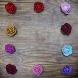 Fond de jour de valentines Le groupe de roses encadrent la forme de rectangle au-dessus de la table en bois Vue supérieure avec l Image stock
