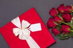 Fond de jour de valentines, fond noir sans couture romantique, bouquet rose rouge, ruban, étiquette de cadeau, cadeau photos libres de droits