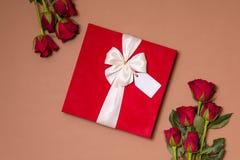 Fond de jour de valentines, fond nu sans couture romantique, bouquet rose rouge, ruban, étiquette de cadeau, cadeau images libres de droits