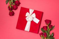 Fond de jour de valentines, fond rouge sans couture romantique, bouquet rose rouge, ruban, étiquette de cadeau, cadeau images stock
