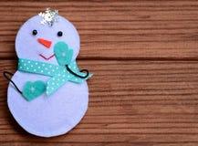 Fond de Joyeux Noël Décoration mignonne de bonhomme de neige de Noël sur un fond en bois brun avec l'espace de copie pour le text Images libres de droits