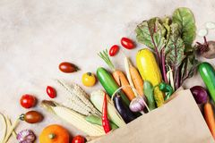 Fond de légumes d'automne Aliment biologique dans la vue supérieure de sac de papier images stock