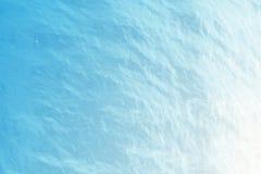 Fond de l'eau bleue avec des ondulations, mer, vue d'angle faible de ressac Fond en gros plan de nature Foyer dur avec Images stock