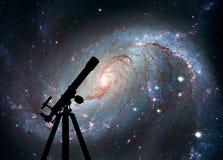 Fond de l'espace avec la silhouette du télescope Crèche stellaire images stock