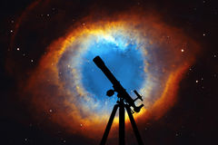 Fond de l'espace avec la silhouette du télescope La nébuleuse d'hélice Photographie stock libre de droits