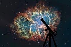 Fond de l'espace avec la silhouette du télescope Nébuleuse de crabe Photo stock