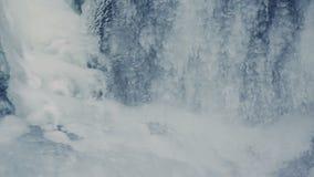 Fond de l'hiver L'eau coulant sous la glace transparente Surface de glace banque de vidéos