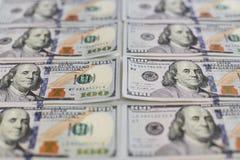 Fond de la fin vers le haut de la vue des billets de banque des dollars de centaines, rangées des piles de dollars dans cent bill Image libre de droits