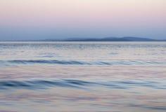 Fond de lac dans rose et bleu, l'espoir ou la foi Photos stock