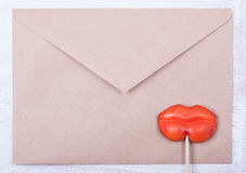 Fond de lettre d'amour enveloppe et sucrerie dans des lèvres de femelle de forme Photos libres de droits