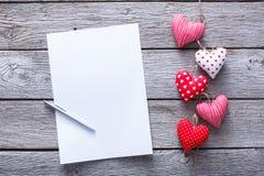 Fond de lettre de Saint Valentin, groupe de coeurs sur le bois Photographie stock libre de droits