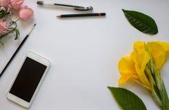 Fond de livre blanc avec des fleurs et des feuilles Photo libre de droits
