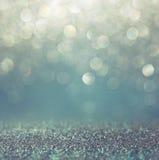 Fond de lumières de vintage de scintillement avec l'éclat de lumière argent, bleu et blanc De-focalisé photos stock