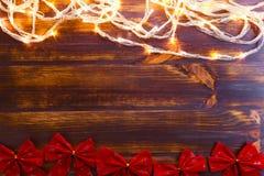 Fond de lumières de Noël rougeoyant brillamment Texture de fête photos stock