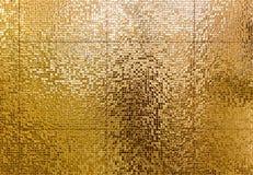 Fond de luxe de tuiles de mosaïque d'or pour le tex de salle de bains ou de toilette photos libres de droits