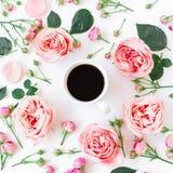 Fond de matin Cadre floral avec les fleurs, les bourgeons, les feuilles et la tasse de café roses sur le fond blanc Configuration Photo libre de droits