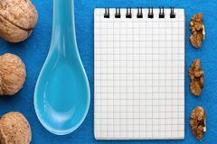 Fond de menu Cuisinier Book Carnet de recette avec des noix sur un fond bleu Photos stock