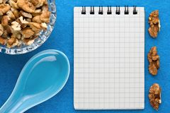 Fond de menu Cuisinier Book Carnet de recette avec des noix sur un fond bleu Image stock