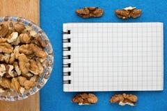 Fond de menu Cuisinier Book Carnet de recette avec des noix sur un fond bleu Images stock