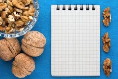 Fond de menu Cuisinier Book Carnet de recette avec des noix sur un fond bleu Images libres de droits
