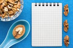 Fond de menu Cuisinier Book Carnet de recette avec des noix sur un fond bleu Photos libres de droits