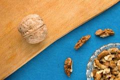 Fond de menu Cuisinier Book Carnet de recette avec des noix sur un fond bleu Photographie stock