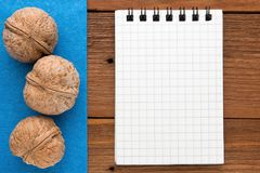 Fond de menu Cuisinier Book Carnet de recette avec des noix sur un fond bleu et un conseil en bois Photo stock