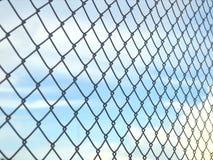 Fond de Mesh Fence On Blue Sky de fil Image libre de droits