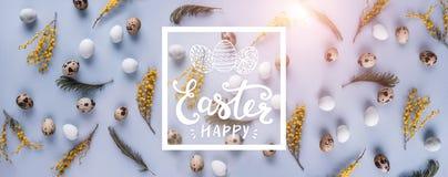 Fond de modèle d'oeufs de pâques avec des fleurs de ressort Vue supérieure avec l'espace de copie Carte de Pâques heureuse photos stock
