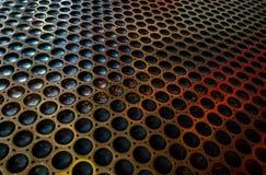 fond de modèle géométrique de trous circulaires sur une feuille métallique photographie stock libre de droits
