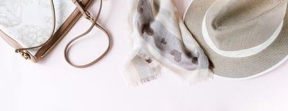 Fond de mode Accessoires femelles dans des couleurs en pastel beiges image stock