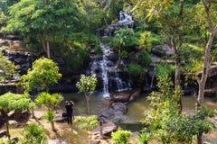 Fond de montagne de vue de chute de l'eau de photographe Image libre de droits