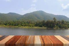 Fond de montagne et de lac sur la table en bois Photos stock