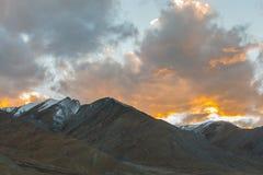 Fond de montagnes de l'Himalaya de lardakh de leh, Inde Photos stock