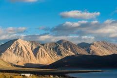 Fond de montagnes de l'Himalaya de lardakh de leh, Inde Photographie stock