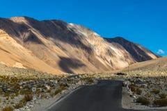 Fond de montagnes de l'Himalaya de lardakh de leh, Inde Images stock